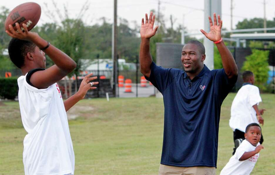 Houston Texans RB Justin Forsett runs drills with flag football players  at the Houston Texans YMCA
