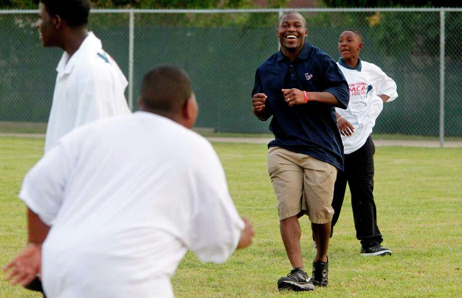 Houston Texans RB Justin Forsett runs drills with flag football players at the Houston Texans YMCA on Tuesday, Oct. 2, 2012, in Houston. Photo: Mayra Beltran, Houston Chronicle / © 2012 Houston Chronicle