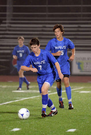 Darien's Jonathan Gill (7) controls the ball during the boys soccer game against Ridgefield at Ridgefield High School on Wednesday, Oct. 3, 2012. Photo: Amy Mortensen / Connecticut Post Freelance