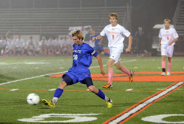 Darien's Ben Highton (10) controls the ball during the boys soccer game against Ridgefield at Ridgefield High School on Wednesday, Oct. 3, 2012. Photo: Amy Mortensen / Connecticut Post Freelance