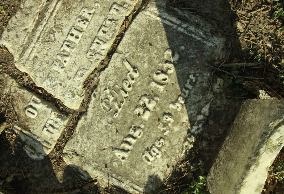A marker at Founders Memorial Cemetery, 1217 W. Dallas Street in Houston. Photo: Gary Fountain / Copyright 2011 Gary Fountain Telephone:  281-531-0260