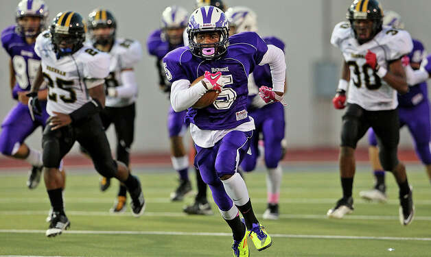 Troy Mathis runs back the opening kickoff for a touchdown as Brackenridge hosts Brennan at Alamo Stadium on October 4, 2012. Photo: Tom Reel, San Antonio Express-News / ©2012 San Antono Express-News