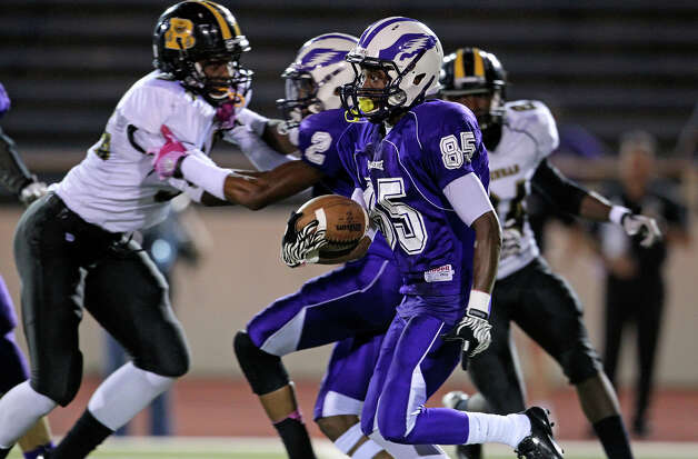 Kenneth May streaks on a return for the Eagles as Brackenridge hosts Brennan at Alamo Stadium on October 4, 2012. Photo: Tom Reel, San Antonio Express-News / ©2012 San Antono Express-News
