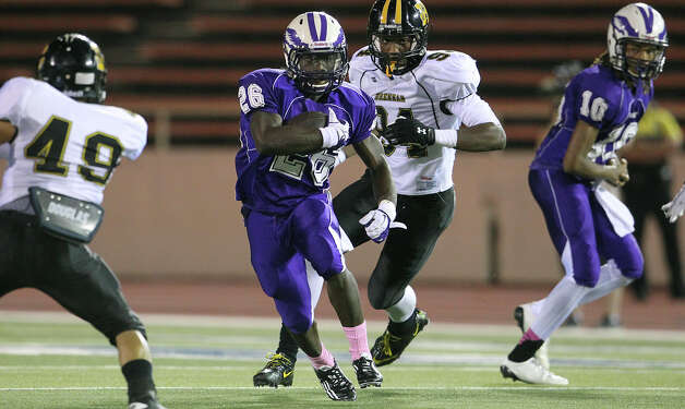 Running back Jarrett Reed finds a hole for the Eagles as Brackenridge hosts Brennan at Alamo Stadium on October 4, 2012. Photo: Tom Reel, San Antonio Express-News / ©2012 San Antono Express-News