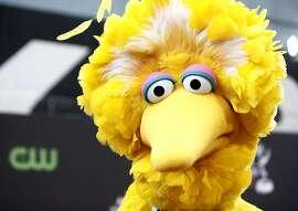 El personaje Big Bird, del programa infantil de televisión Sesame Street, en Los Angeles en una fotografía del 30 de agosto de 2009. El candidato republicano Mitt Romney puso a Big Bird enmedio del primer debate presidencial al decir que retiraría los subsidios de PBS, la televisora pública que transmite Sesame Street. (Foto AP/Matt Sayles, archivo)
