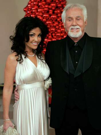 Country singer Kenny Rogers and his wife Wanda pose for photographers as they arrive at the Kennedy Center for the 29th Annual Gala in Washington December 3, 2006. Photo: JOSHUA ROBERTS, REUTERS / X01909