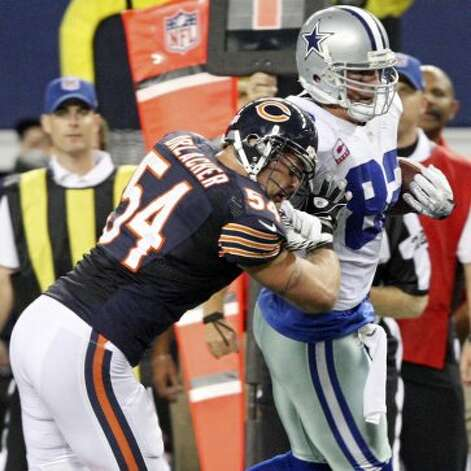 Dallas Cowboys' Jason Witten looks for room around Chicago Bears' Brian Urlacher during second half action Monday Oct. 1, 2012 at Cowboys Stadium in Arlington, Tx.  The Bears won 34-18. (Edward A. Ornelas / San Antonio Express-News)