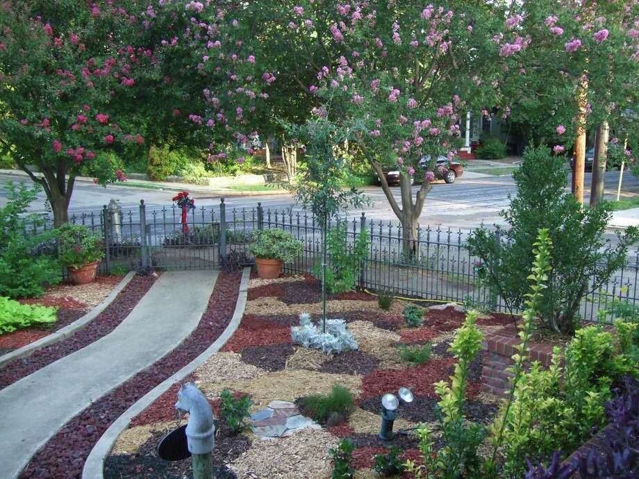 A King William landscape that features a carpet of mixed mulch is one of five yards featured on the Watersaver Landscape Tour. Photo: Courtesy Gardening Volunteers Of South Texas