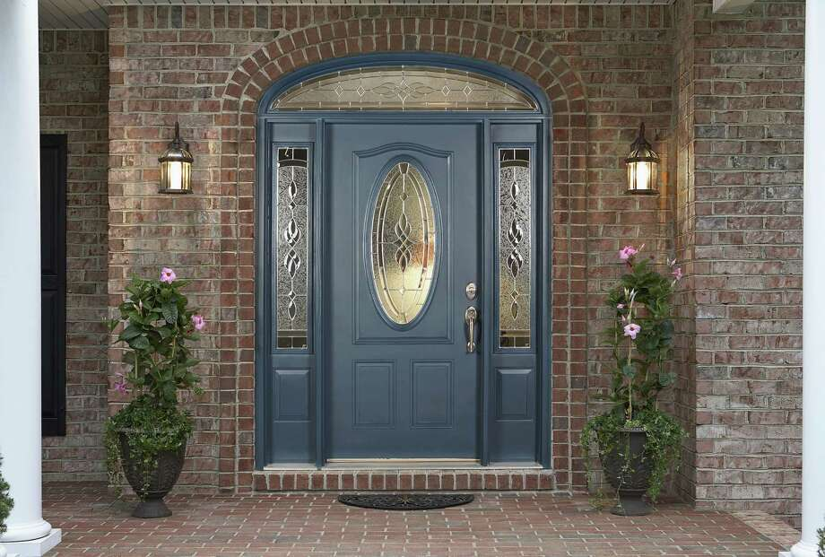 KNOCK, KNOCK -- You can shape up your front door for less than you imagined. Bright lights and beautiful color will put your guests at ease when they come knocking.     CNS Photo courtesy of Lowe's     Fallhome2009-09 FALL-WINTER HOME IMPROVEMENT 2009     Creators News Service Photo: Paul Baucom