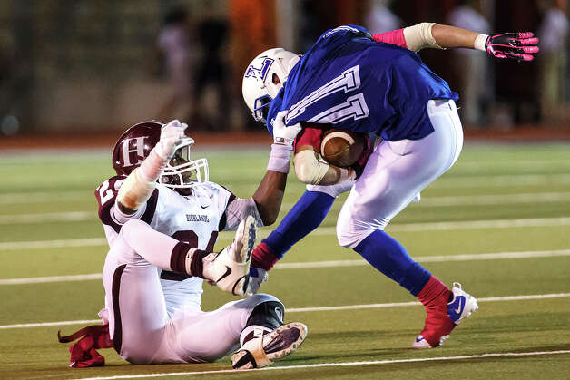 Highlands' Aaron Ladson (left) manages to bring down Lanier's Rodrigo Garcia during their game at Alamo Stadium on Oct. 5, 2012.  MARVIN PFEIFFER/ mpfeiffer@express-news.net Photo: MARVIN PFEIFFER, Express-News / Express-News 2012