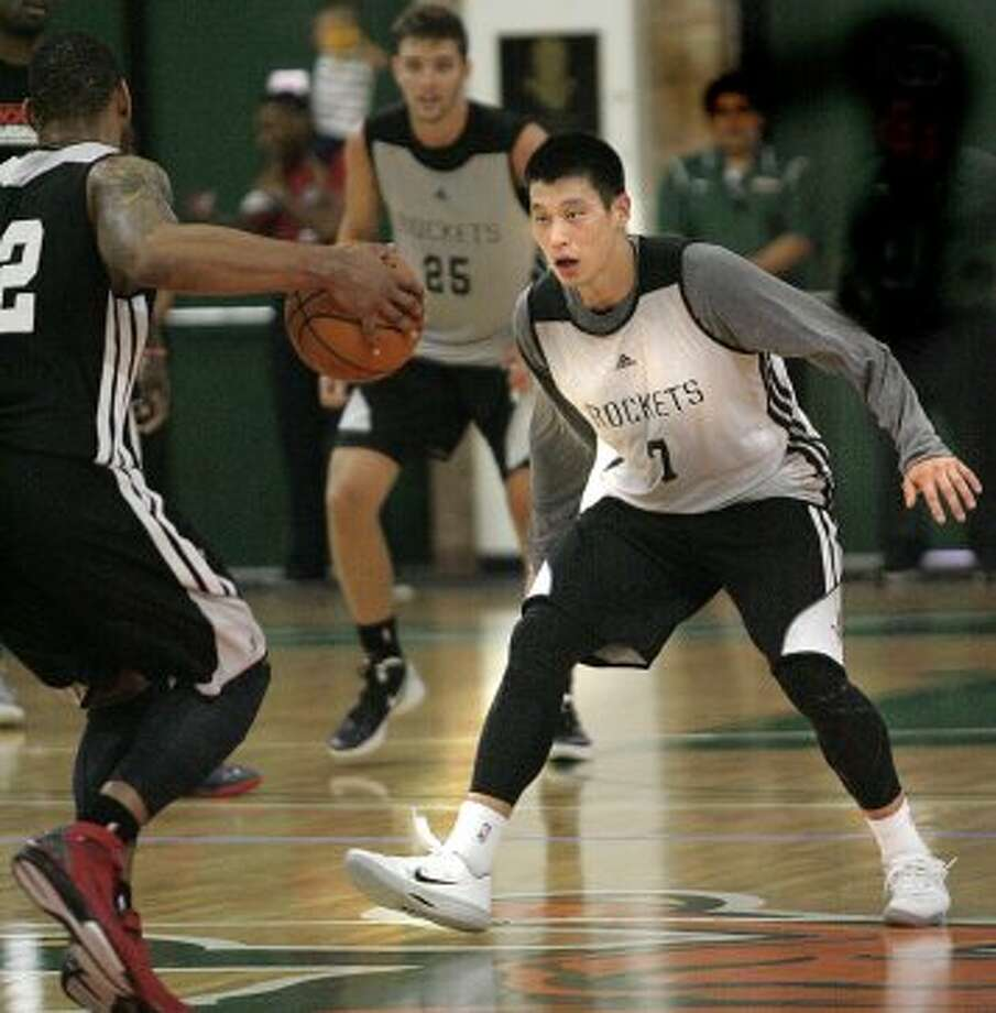 Jeremy Lin gets in a defensive stance during a scrimmage. (Delcia Lopez / Associated Press/The Monitor)