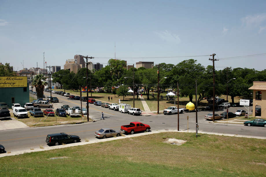 Parking is sparse around Maverick Park as Solar Fest takes place on May 3, 2008. Photo: Lisa Krantz, San Antonio Express-News / SAN ANTONIO EXPRESS-NEWS