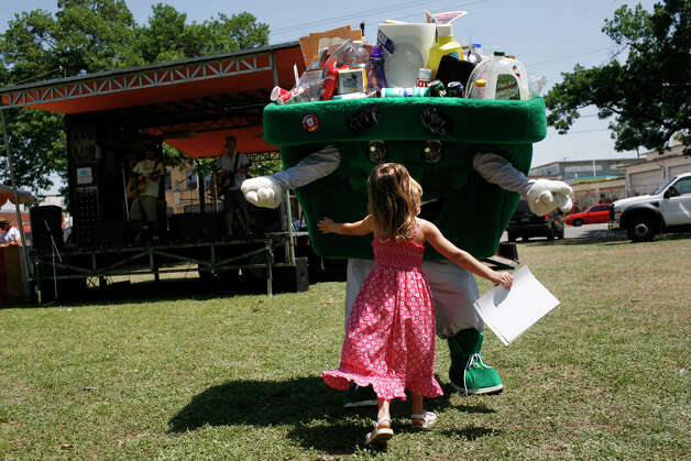 Binnie, the mascot of the City of San Antonio's Solid Waste Management Department, opens his arms for a hug from Madison Ilic, 4, during Solar Fest at Maverick Park on May 3, 2008. Photo: Lisa Krantz, San Antonio Express-News / LKRANTZ@EXPRESS-NEWS.NET