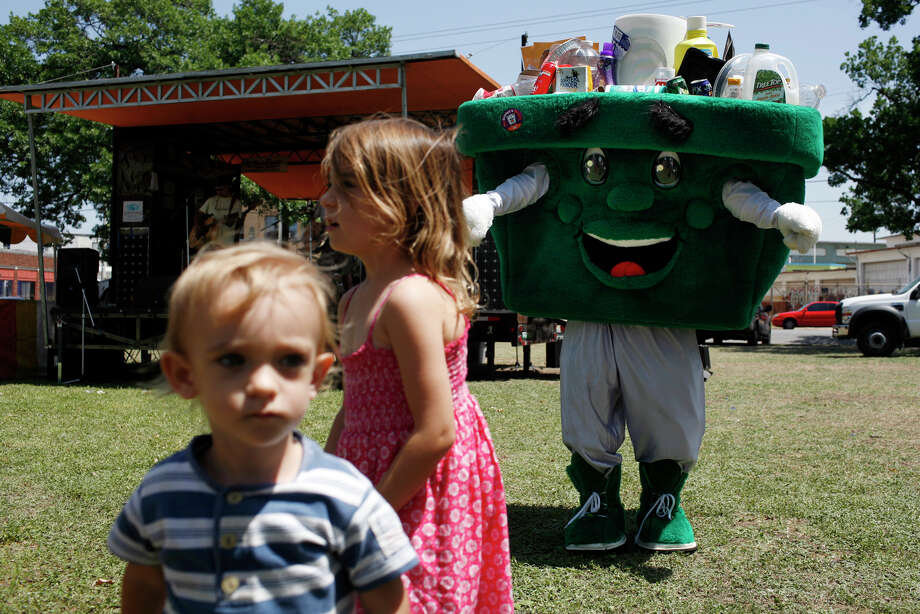 Binnie, the mascot of the City of San Antonio's Solid Waste Management Department, plays with Madison Ilic, 4, and her brother Ryan Ilic, 2, during Solar Fest at Maverick Park on May 3, 2008. Photo: Lisa Krantz, San Antonio Express-News / SAN ANTONIO EXPRESS-NEWS