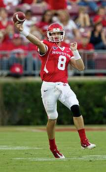 University of Houston quarterback David Piland scrambles to make a throw to an open receiver during the first  quarter of a NCAA football game Saturday, Oct. 6, 2012, in Houston. Photo: Nick De La Torre, Houston Chronicle / © 2012  Houston Chronicle