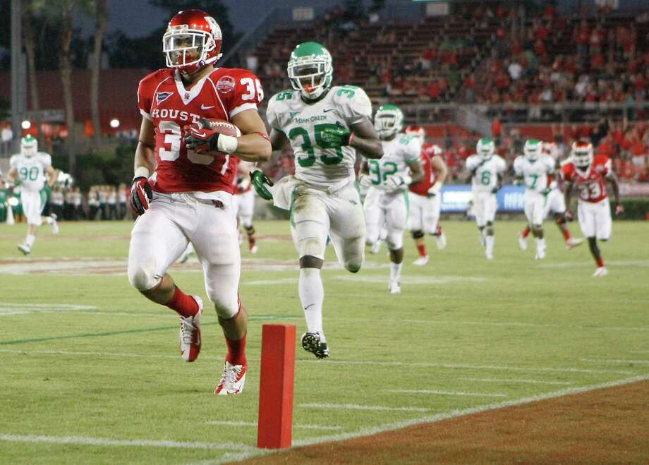 Houston running back Kenneth Farrow, front, sprints to the end zone as North Texas' Zach Orr and the rest of the defense tries to catch him during the second quarter of an NCAA college football game on Saturday, Oct. 6, 2012, in Houston.  (AP Photo/Houston Chronicle, Nick de la Torre) Photo: Nick De La Torre, Associated Press / Houston Chronicle