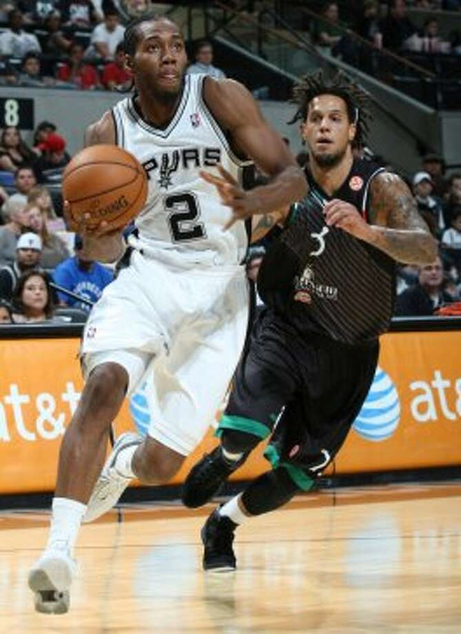 San Antonio Spurs' Kawhi Leonard drives to the basket around Montepaschi Siena's Daniel Hackett during first half action Saturday Oct. 6, 2012 at the AT&T Center. (San Antonio Express-News)