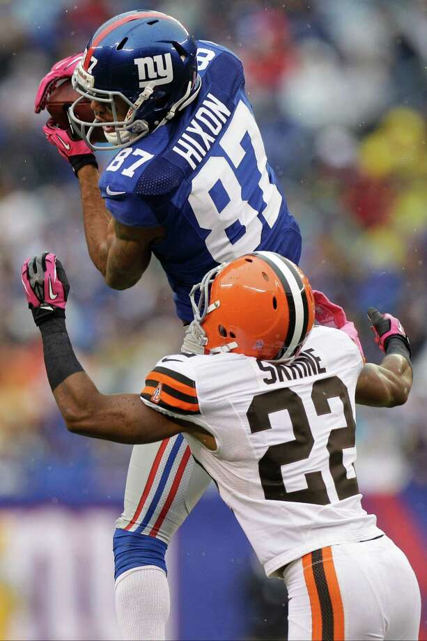 New York Giants wide receiver Domenik Hixon (87) catches a pass in front of Cleveland Browns defensive back Buster Skrine (22) during the first half of an NFL football game Sunday, Oct. 7, 2012, in East Rutherford, N.J. (AP Photo/Kathy Willens) Photo: Kathy Willens / AP