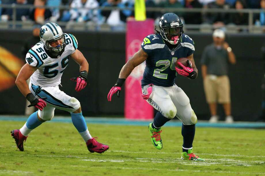 Seattle Seahawks' Marshawn Lynch (24) runs as Carolina Panthers' Luke Kuechly (59) chases during the third quarter of an NFL football game in Charlotte, N.C., Sunday, Oct. 7, 2012. Photo: AP