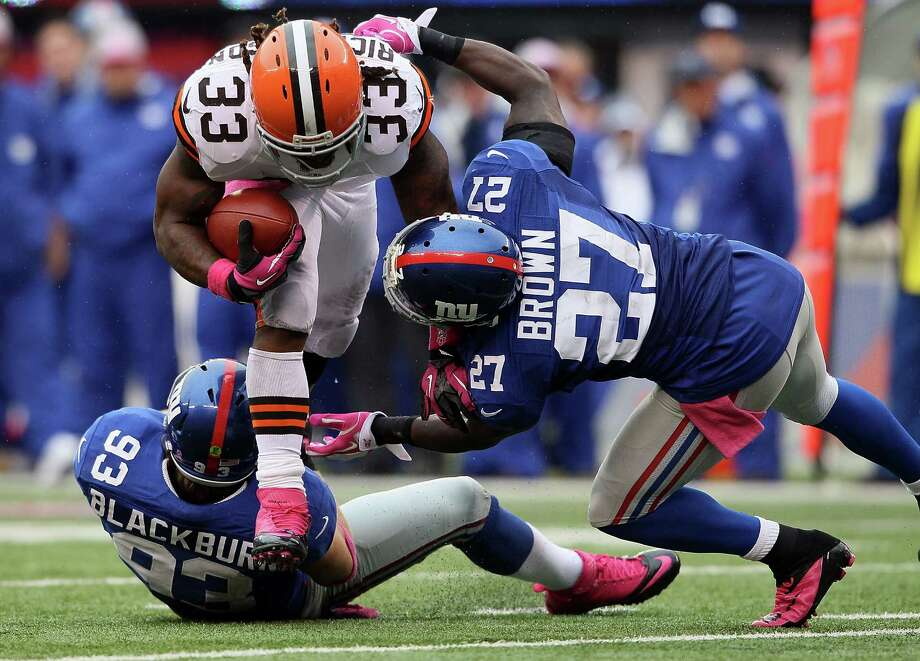 EAST RUTHERFORD, NJ - OCTOBER 07: Running back Trent Richardson #33 of the Cleveland Browns is tackled by middle linebacker Chase Blackburn #93 of the New York Giants and defensive back Stevie Brown #27 during their game at MetLife Stadium on October 7, 2012 in East Rutherford, New Jersey.  (Photo by Alex Trautwig/Getty Images) Photo: Alex Trautwig, Getty Images / 2012 Getty Images