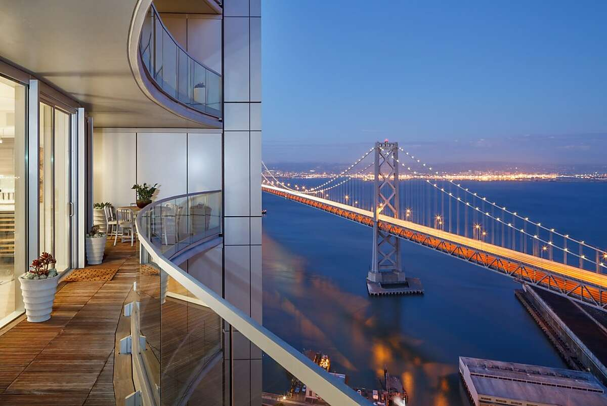 With views of the Bay Bridge and beyond, the spacious terrace of Duplex 39C in the south tower of The Infinity provides panoramic views of San Francisco and its surrounding counties.