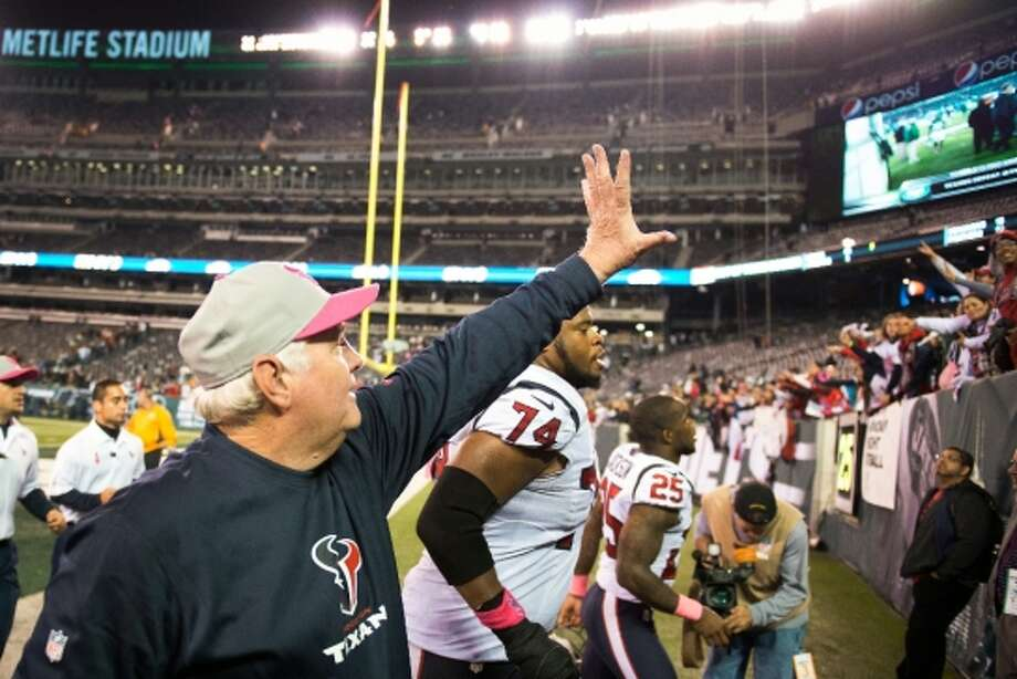 Texans defensive coordinator Wade Phillips waves to the crowd after the Texans victory over the Jets. (Houston Chronicle)