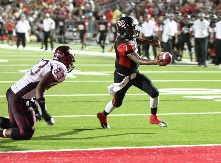 Memorial quarterback Ricky Fisk rushes for a touchdown during the Central vs. Memorial game Friday at Memorial Stadium in Port Arthur. Photo: Matt Billiot