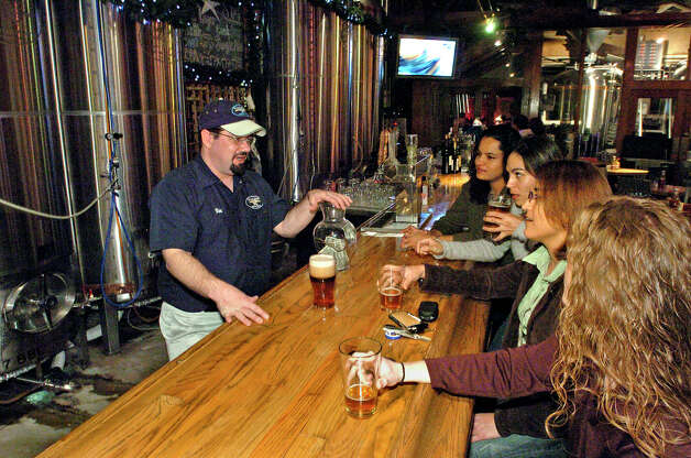 Bartender Ron Keene serves customers at the Blue Star Brewing Company on Dec. 30, 2005. Tom Reel / San Antonio Express-News Photo: TOM REEL, - / SAN ANTONIO EXPRESS-NEWS