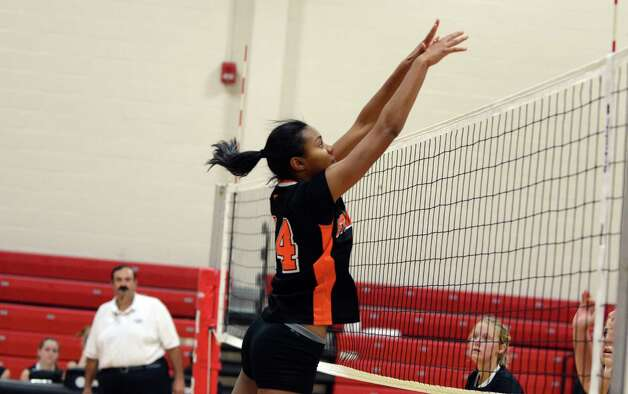 Stamford's Brianna Gordon (14) protects the net during the girls volleyball game against New Canaan at New Canaan High School on Tuesday, Oct. 9, 2012. Photo: Amy Mortensen / Connecticut Post Freelance