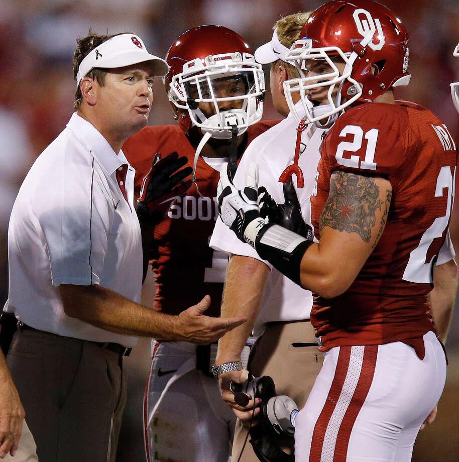 Oklahoma coach Bob Stoops talks with Tom Wort (21) and Tony Jefferson (1) during a college football game between the University of Oklahoma Sooners (OU) and the Kansas State University Wildcats (KSU) at Gaylord Family-Oklahoma Memorial Stadium, Saturday, September 22, 2012. Photo by Bryan Terry, The Oklahoman Photo: Bryan Terry, The Oklahoman / THE OKLAHOMAN