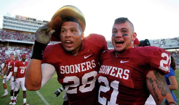 Oklahoma linebackers Travis Lewis (28) and Tom Wort (21) in the Red River Rivalry at the Cotton Bowl, Saturday, Oct. 2, 2010. Photo: Tom Fox, Dallas Morning News / 10005527B