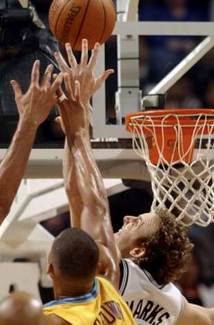 The Spurs' Sean Marks reaches for a rebound in a crowd against New Orleans on Saturday, Jan. 29, 2005, at the SBC Center. (Tom Reel / San Antonio Express-News)
