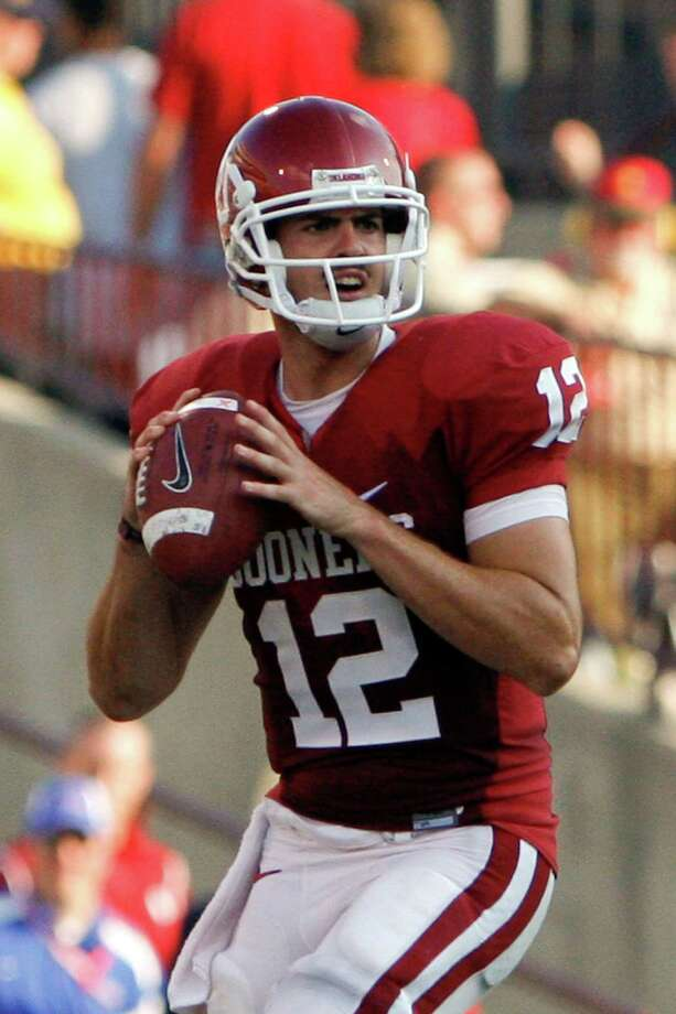 Oklahoma quarterback Landry Jones looks for an open receiver in the second half of an NCAA college football game against Tulsa in Norman, Okla. on Saturday, Sept. 19, 2009. Oklahoma won 45-0. Photo: Alonzo Adams, Associated Press / FR159426 AP