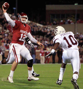 Oklahoma quarterback Landry Jones passes over Texas A&M defender Sean Porter for a touchdown in the second quarter of an NCAA college football game in Norman, Okla., Saturday, Nov. 14, 2009. Photo: Sue Ogrocki, Associated Press / AP