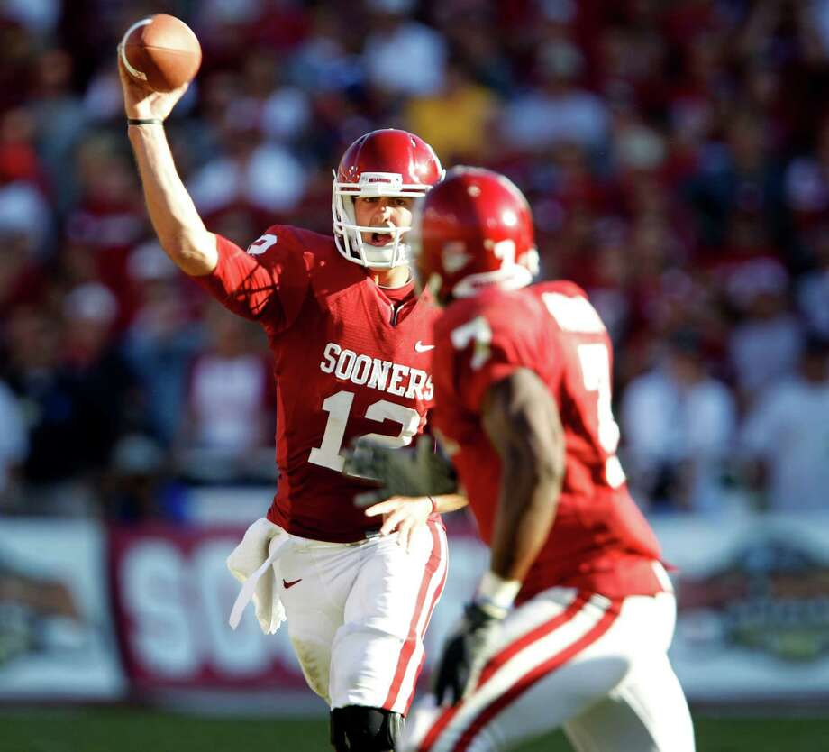 "Oklahoma Sooners quarterback Landry Jones (12) throws a pass to Oklahoma Sooners running back DeMarco Murray (7) during first half Big 12 ""Red River Rivalry"" football action between the University of Texas and the University of Oklahoma at the Cotton Bowl on October 2, 2010. Oklahoma won 28-20. Photo: John F. Rhodes, Dallas Morning News / 10005527C"