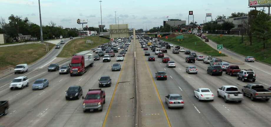 Traffic flows smoothly at the start of Thursday evening rush hour on I-10, shown here looking east from a pedestrian bridge between Washington and T.C. Jester. Photo: James Nielsen / © Houston Chronicle 2012
