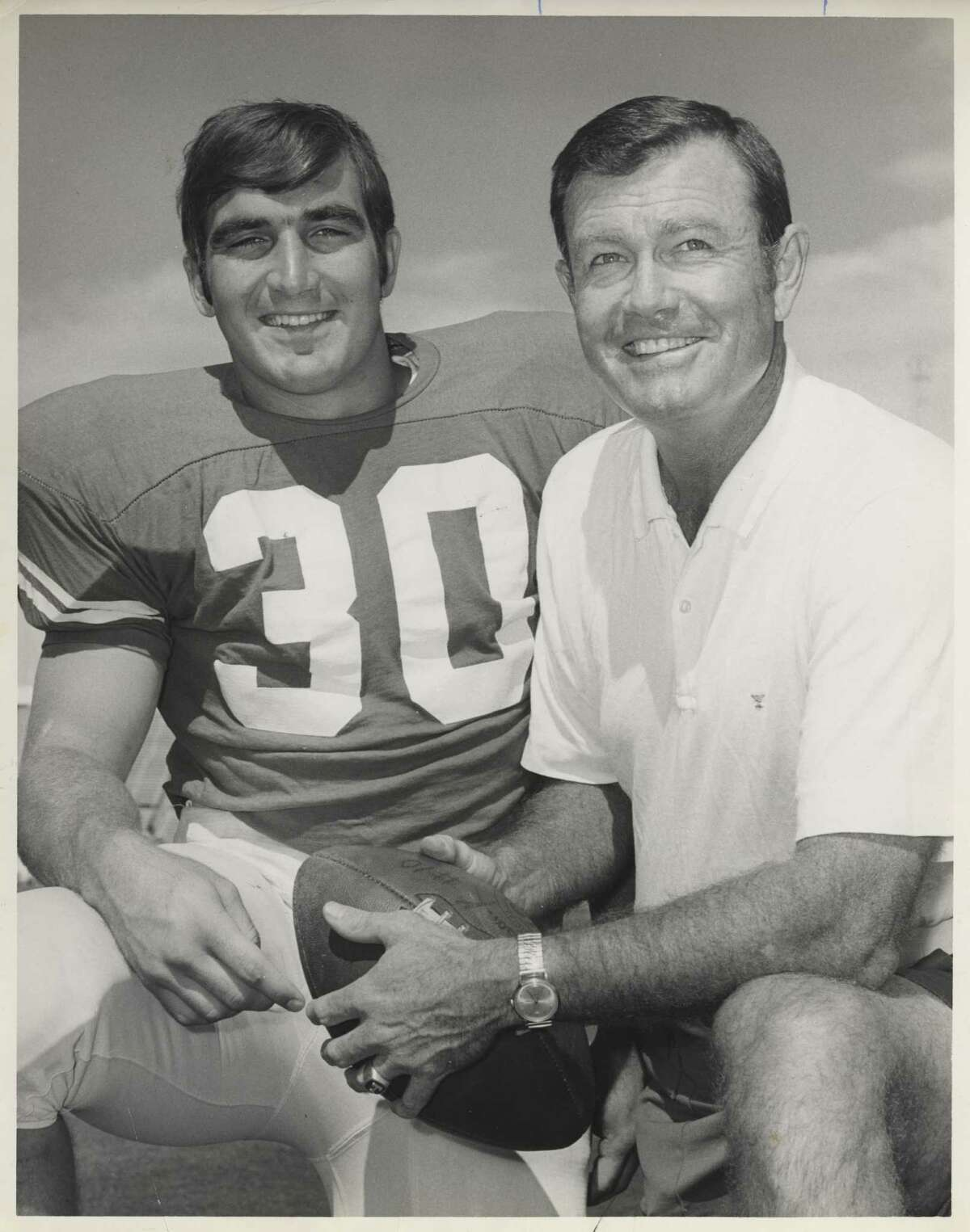 10/1970 -- University of Texas football Coach Darrell Royal with running back Steve Worster. HOUCHRON CAPTION (10/07/2005) SECSPTS: RED RIVER SHOOTOUT 100 TIMES THE RIVALRY