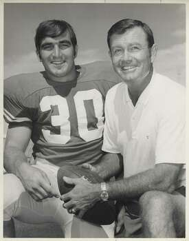 10/1970 -- University of Texas football Coach Darrell Royal with running back Steve Worster.     HOUCHRON CAPTION (10/07/2005) SECSPTS:  RED RIVER SHOOTOUT 100 TIMES THE RIVALRY / handout