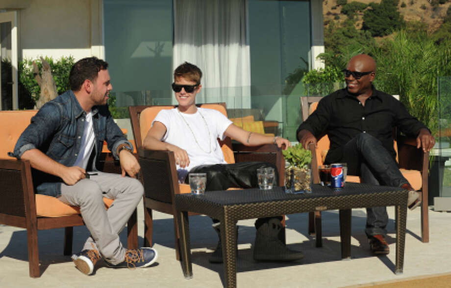 THE X FACTOR: JUDGES HOUSE: R-L: L.A. Reid, Justin Bieber and Scooter Braun on THE X FACTOR airing Thursday Oct. 11 (8:00-10:00 PM ET/PT) on FOX. CR: Ray Mickshaw / FOX. (                                                      )