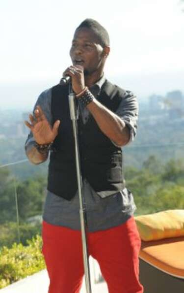 THE X FACTOR: JUDGES HOUSE: Contestant Daryl Black performs in front of L.A. Reid, Justin Bieber and