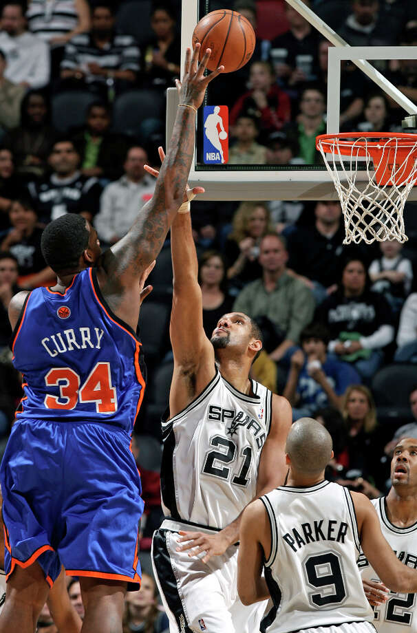 New York Knicks center Eddy Curry goes high to score over the Spurs defense in the first half Friday, Jan. 4, 2008, at the AT&T Center. Photo: TOM REEL, SAN ANTONIO EXPRESS-NEWS / SAN ANTONIO EXPRESS-NEWS
