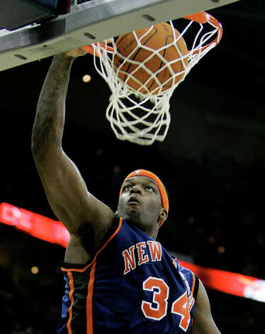 The New York Knicks' Eddy Curry (34) dunks the ball against the Cleveland Cavaliers in the fourth quarter Wednesday, Nov. 29, 2006, in Cleveland. The Knicks won 101-98. (Tony Dejak / Associated Press) Photo: TONY DEJAK, AP / AP