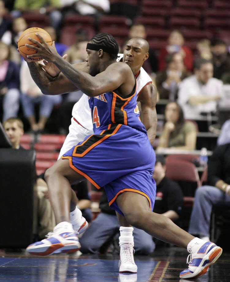 The New York Knicks' Eddy Curry drives to the basket past the Philadelphia 76ers' Steven Hunter in the first period of a preseason game at the Center, Saturday, Oct. 14, 2006, in Philadelphia. (Tom Mihalek / Associated Press) Photo: TOM MIHALEK, AP / AP