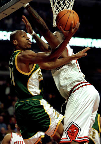 The Seattle Supersonics' Ray Allen (left) heads to the basket past Chicago Bulls defender Eddy Curry (right) during the first quarter Tuesday, March 15, 2005 in Chicago. (Jeff Roberson / Associated Press) Photo: JEFF ROBERSON, AP / AP