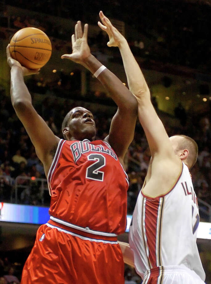The Chicago Bulls' Eddy Curry (2) shoots over the Cleveland Cavaliers' Zydrunas Ilgauskas (11) in the second quarter Wednesday, Feb. 23, 2005, in Cleveland. (Mark Duncan / Associated Press) Photo: MARK DUNCAN, AP / AP