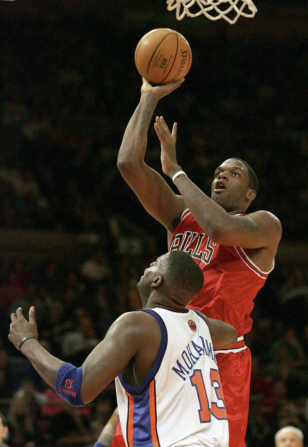 The Chicago Bulls' Eddy Curry (2) goes up past the New York Knicks' Nazr Mohammed (13) during the first half of play on Monday, Jan. 17, 2005 at New York's Madison Square Garden. The Bulls beat the Knicks 88-86. (Michael Kim / Associated Press) Photo: MICHAEL KIM, AP / AP