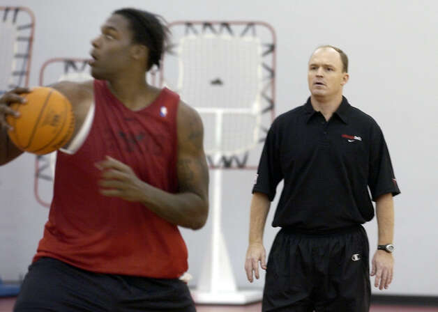 Chicago Bulls coach Scott Skiles (right) watches Eddy Curry (left) during practice Friday, Nov. 28, 2003, in Deerfield, Ill. (Stephen J. Carrera / Associated Press) Photo: STEPHEN J. CARRERA, AP / AP