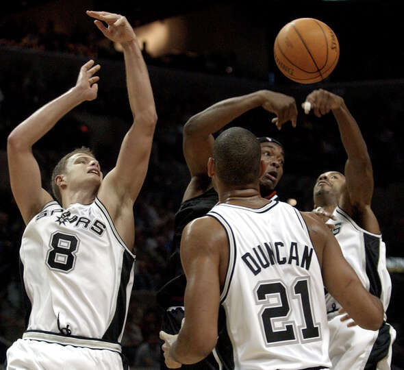 Spurs defenders Rasho Nesterovic (8), Tim Duncan (21) and Bruce Bowen (12) pressure Chicago Bulls ce