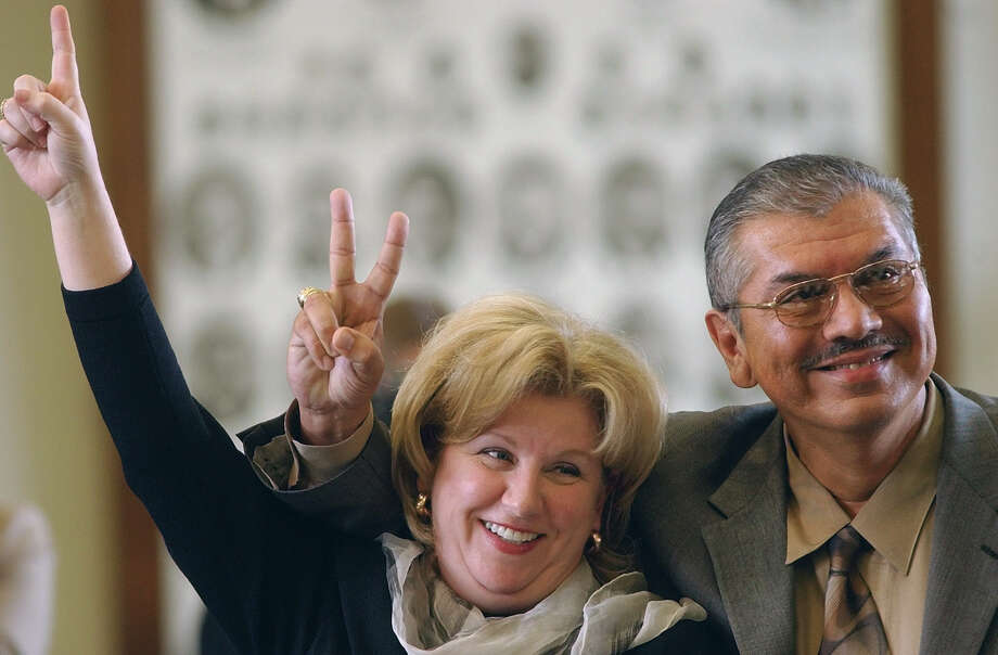 """Sen. Jane Nelson, R-Lewisville, signals her """"aye"""" vote to table an amendment to her constitutional amendment proposal to set damage caps in liability cases. Sen. Mario Gallegos Jr., D-Houston, votes to keep his amendment, 2003. Photo: HARRY CABLUCK, AP / AP"""