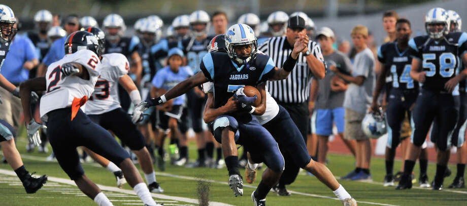 26-5A: Johnson running back Darion McElhannon may be part of a zone-read attack this season. Photo: S.A. Express-News File Photos